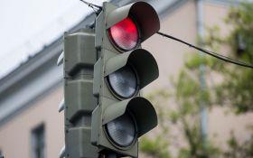 В сети появилось забавное видео с приключениями светофора в России