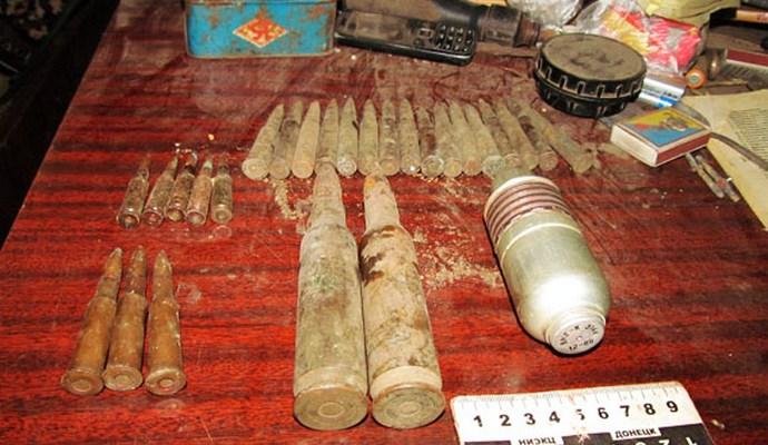 У районі Слов'янська вилучили арсенал зброї та канабіс (4 фото)