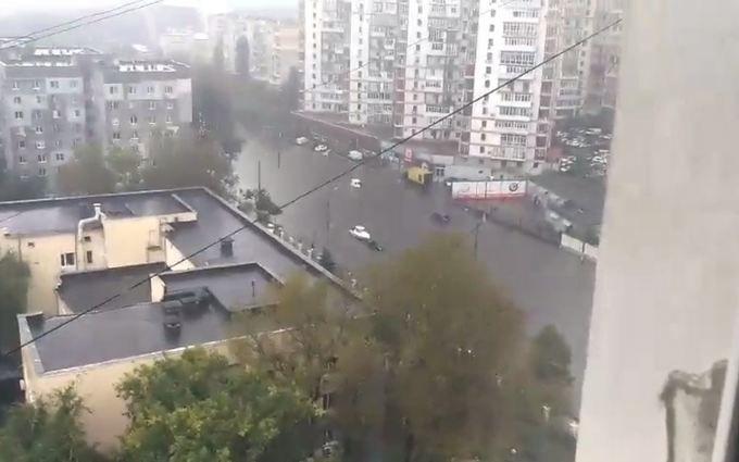 Затопленими вулицями Одеси поплив катер: з'явилося відео