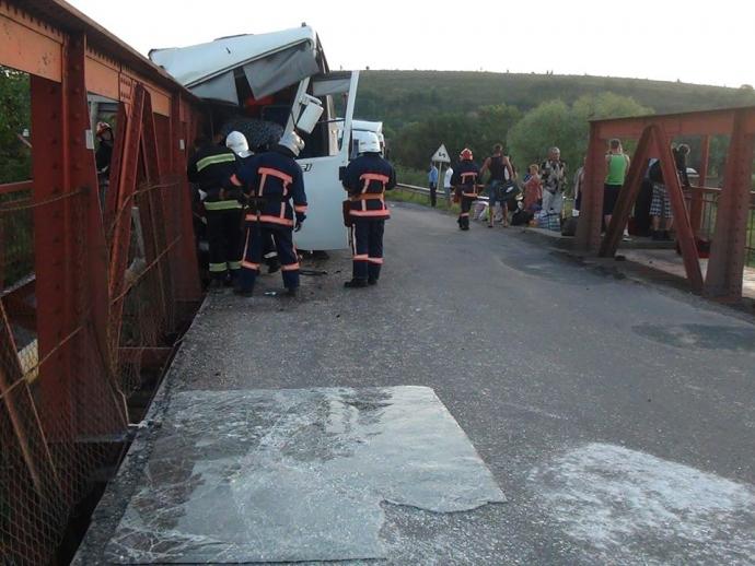 На Прикарпатті потрапив у ДТП автобус з пасажирами: фото з місця аварії (1)