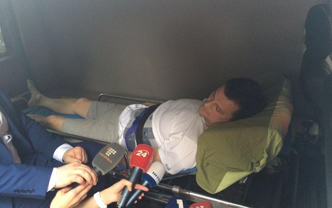 """Соратника утікача Онищенка привезли до суду на """"швидкій"""": з'явилося фото"""