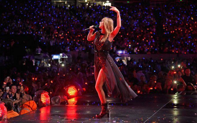 Тейлор Свіфт голосно осоромилася на сцені під час концерту: з'явилося відео конфузу