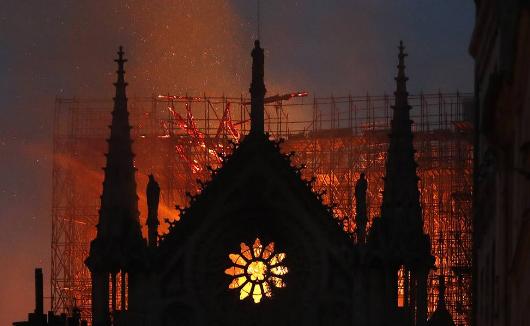 Масштабна пожежа у Соборі Паризької Богоматері - останні подробиці та фото (1)