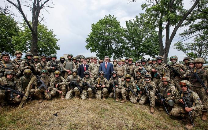 Перевіряю солдатський побут: Порошенко похвалився фото з бійцями (1)