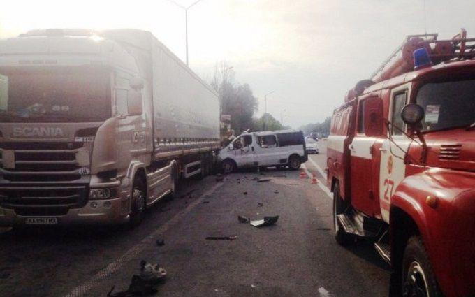 У страшній ДТП на трасі Київ-Чоп загинули двоє людей: з'явилися фото