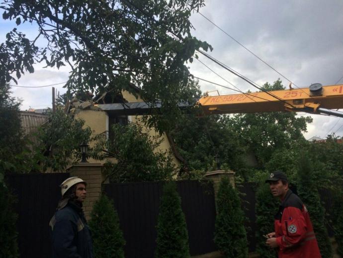У Києві автокран впав на житловий будинок: опубліковані фото (1)