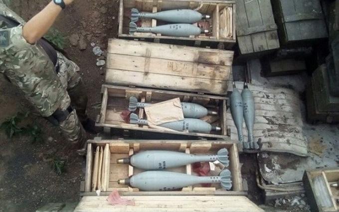 СБУ знайшла величезну схованку з боєприпасами на Донбасі: опубліковані фото