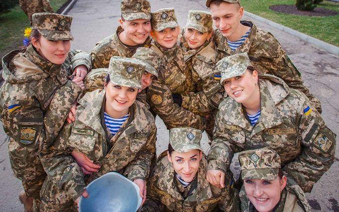 Порошенко подписал закон об обеспечении равных прав женщин и мужчин в армии