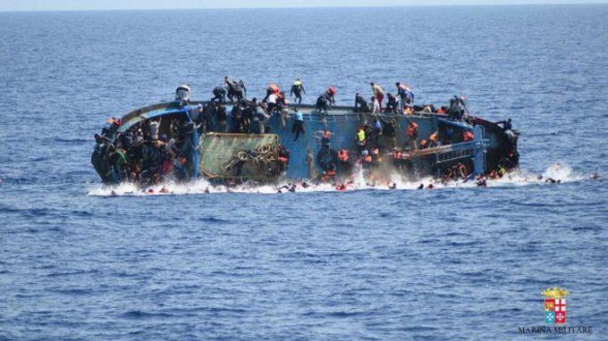 Біля берегів Італії перекинувся човен із сотнями мігрантів: з'явилися драматичні фото і відео (1)