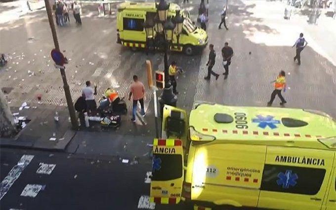 Цветы ислезы: Москва скорбит пожертвам теракта вБарселоне