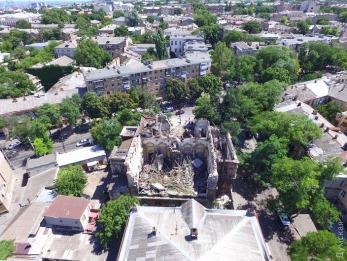 В Одесі обвалився пам'ятник архітектури, під завалами шукають людей: з'явилися фото і відео (1)
