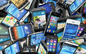 """Можуть """"підглядати"""": фахівці дізналися, як смартфони стежать за власниками"""