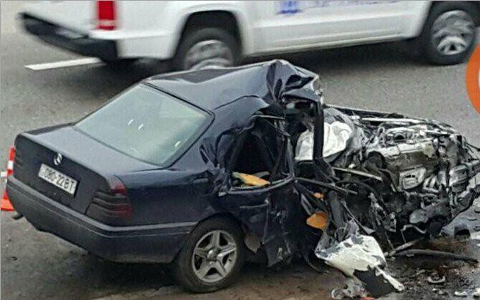 Під Києвом Mercedes розмочалило в страшній аварії: опубліковані фото