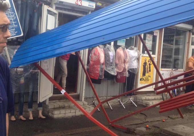 В Киеве автобус снес остановку с людьми: появились фото (2)
