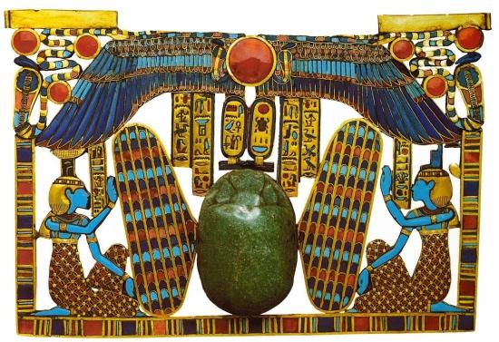 Пектораль - посередине крылатый скарабей, справа богиня Изида, слева её сестра богиня Нефтида