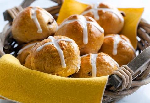 Пасхальные булочки с медовым украшением