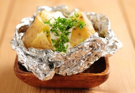 Картофель, запеченный с начинками (видео)