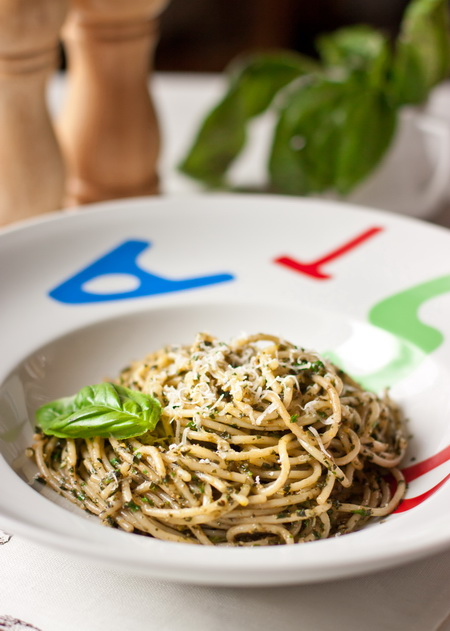 Спагетти с базиликовым песто с фисташками