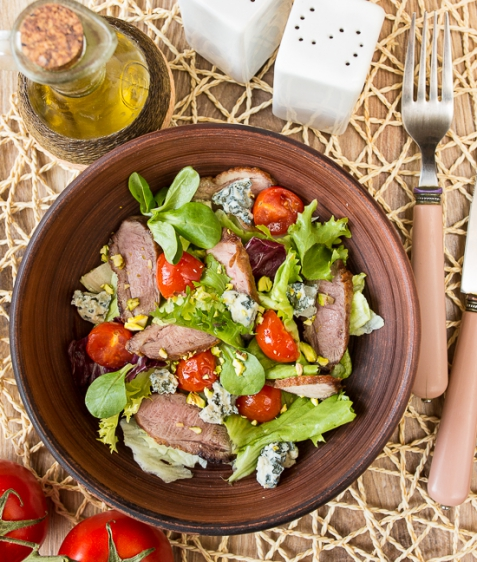 Салат изутки сприпущенными помидорами черри