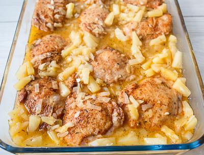 Вливаем соус к курице