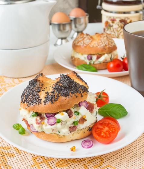 Яичный салат с беконом в булочке