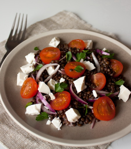 Салат с чечевицей «белуга» и фетой