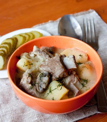 Тушеные свиные ребрышки с картофелем и грибами