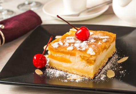 Персиковый пирог-перевертыш с творожным кремом