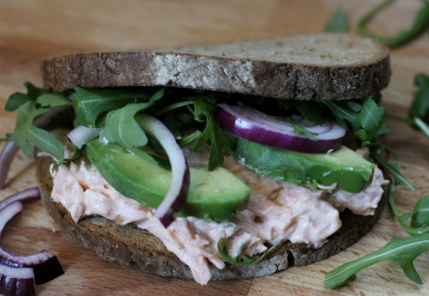 Сэндвич с жареной семгой и авокадо