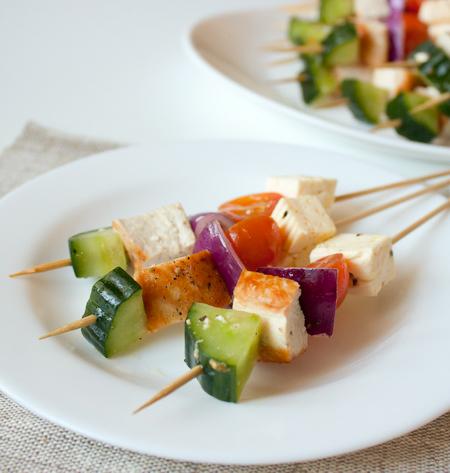 Шашлычки с курицей, фетой и маринованными овощами