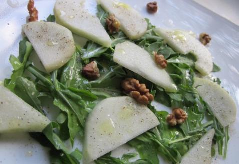 Зеленый салат с грушей и рукколой