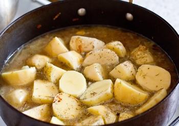Тушим картофель