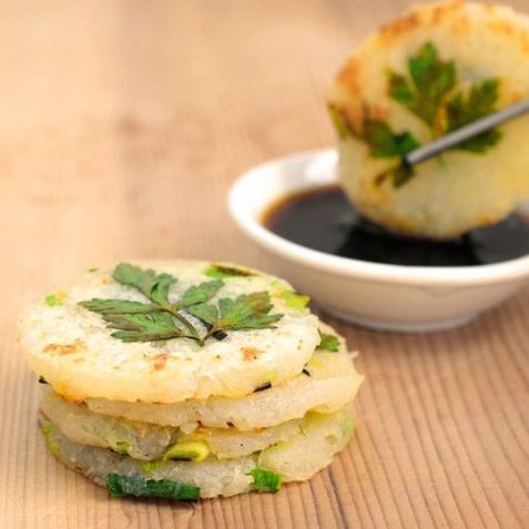 Рецепт - Картофельные мини-блины с молодым чесноком и зеленым луком
