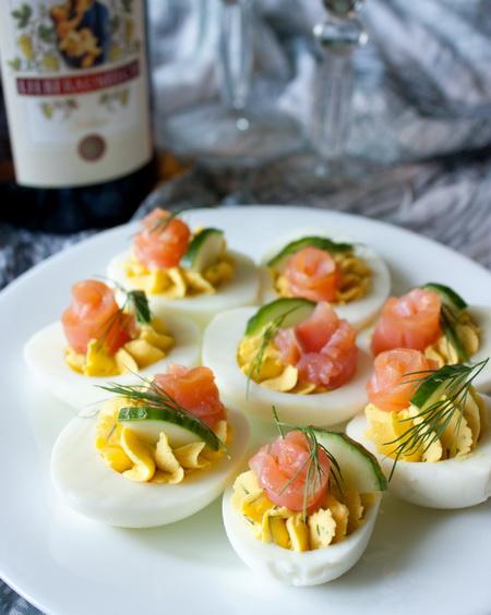 Фаршированные яйца с лососем и огурцом