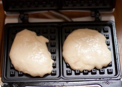 Кладем тесто в вафельницу