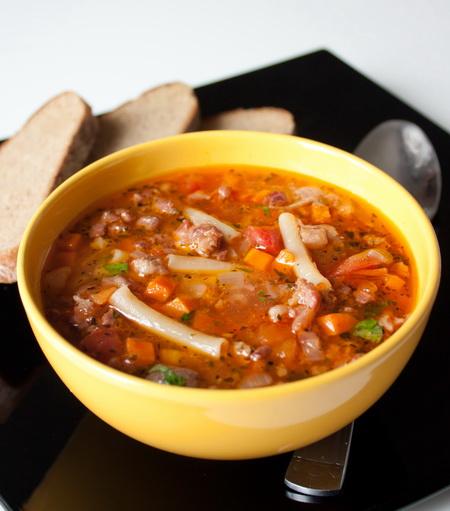 Мясной суп с макаронами и базиликом