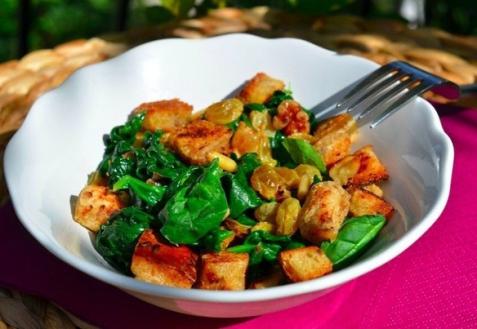 Салат со шпинатом, изюмом и кедровыми орешками