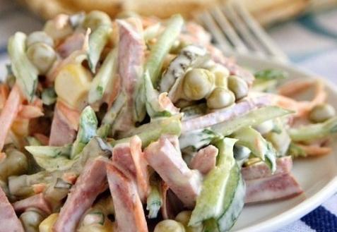 Салат с колбасой и огурцами
