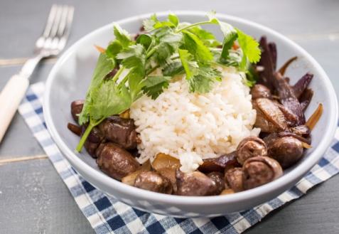 Куриные сердечки с луком и рисом (видео)