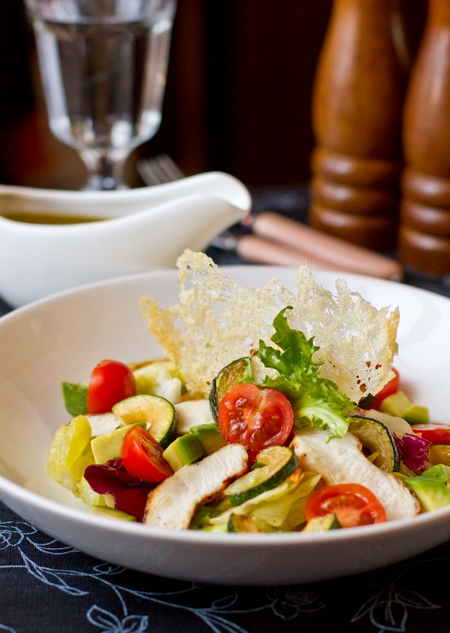 Салат из курицы с цуккини и томатами черри