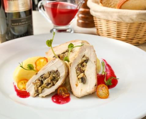 Куриная грудка с грибами и клюквенным соусом