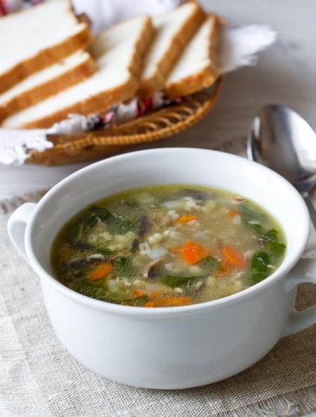 Куриный суп с грибами, шпинатом и перловкой