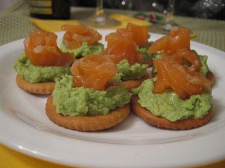Рецепт - Крекеры с авокадо и семгой