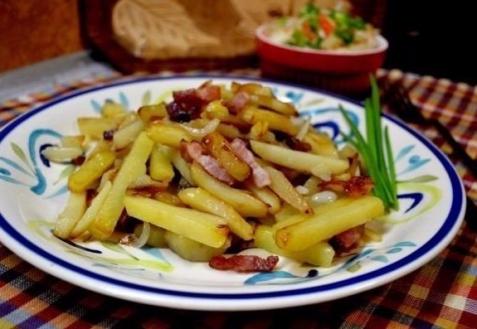 Жареная картошка с беконом и луком