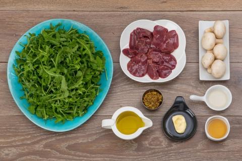 Салат изрукколы скуриной печенкой