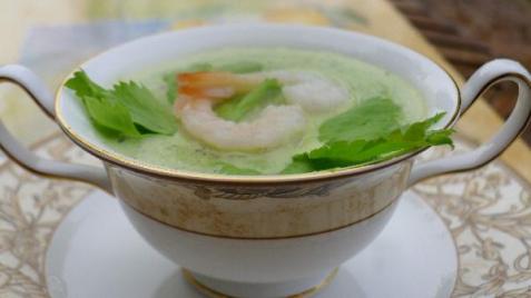 Крем-суп из сельдерея, базилика, молодого горошка с креветками