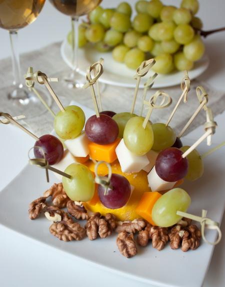 Канапе из сырного ассорти и фруктов