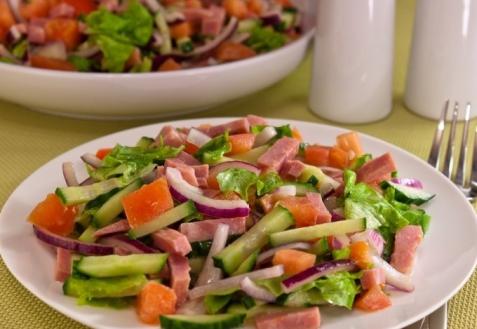 Салат с овощами и ветчиной