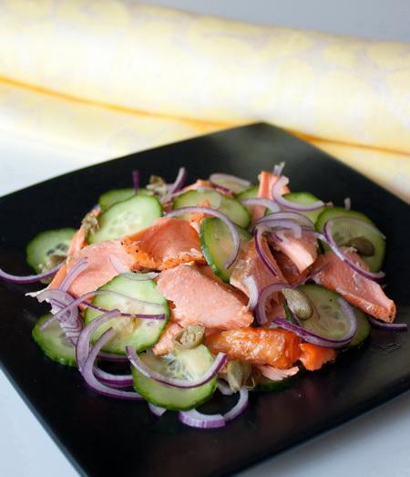 Салат из лосося и огурца с медовой заправкой