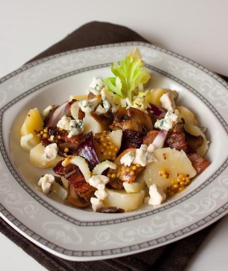 Теплый салат из картофеля, грибов и голубого сыра
